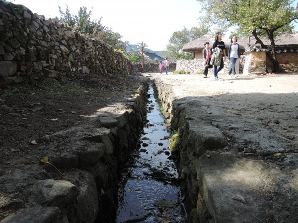 전남 순천의 낙안읍성에 흐르는 도랑. - 녹색기술센터 제공